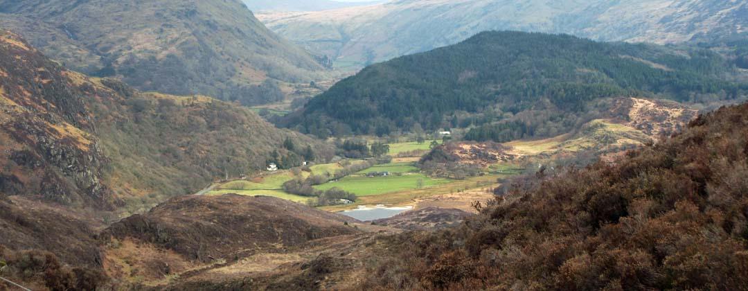 Edrych i'r gogledd o Gwm Bychan, Beddgelert, i lawr ar Afon Glaslyn gyda blaen Llyn Dinas yn ddangos.
